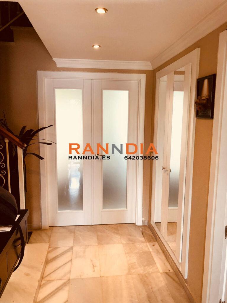 Puertas blancas lacadas en Nerja